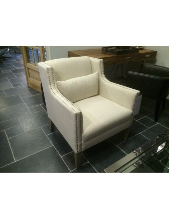Sessel mit Nieten creme gepolstert