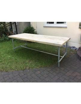 Esstisch im Industriedesign, Tisch mit Tischbeinen aus Metall, Länge 240 cm